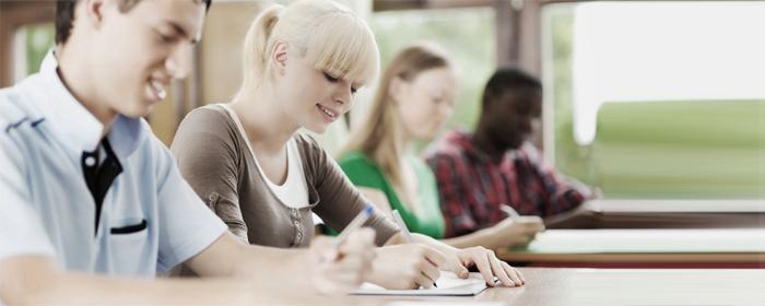glueckliche-studenten-schneiden-besser-ab-examen